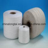 赤く黒く白いリサイクルされた綿の糸