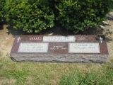 かえでの切り分けられた十字が付いている赤いシンプルな設計の墓石