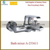 Mezclador de cobre amarillo del agua del fregadero de cocina del canalón largo