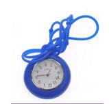 昇進のギフトの腕時計を渡している多彩なケイ素の看護婦