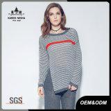 女性の長い袖の秋の冬によって縞で飾られる編まれたプルオーバーのセーター
