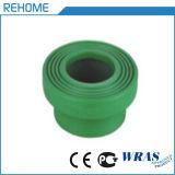 Tubo dell'acqua potabile PPR nel verde