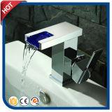 Lumière automatique de robinet de la cascade à écriture ligne par ligne DEL aucune batterie pour la salle de bains