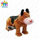 L'animale ambulante della mucca felice elettronica del parco di divertimenti scherza il cavaliere da vendere