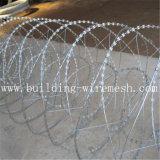 かみそりの有刺鉄線またはかみそりの有刺鉄線の網の塀のかみそりの刃の有刺鉄線
