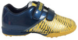 L'enfant folâtre les chaussures du football du football de garçon de gazon (415-9469)