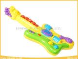 多機能の赤ん坊のミュージカルはギターの赤ん坊のおもちゃをもてあそぶ