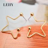 金張りされる星の形をぶら下げる低下イヤリングの方法宝石類をくり抜きなさい