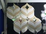 백색과 회색 손전등 도와 대리석 모자이크