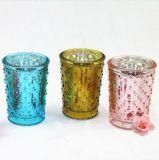 輝いた銀または金張りのガラス蝋燭ホールダーか蝋燭の瓶