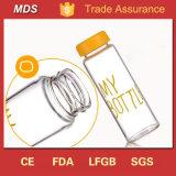 Marchio di vetro isolato moderno della bottiglia di acqua con il coperchio del metallo