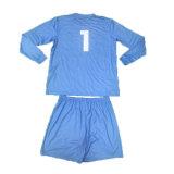 長い袖を持つジャージーパッドを入れられたサッカーのゴールキーパー