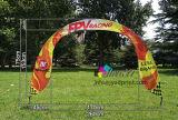 visualizzazione esterna di sport del cancello dell'arco della corsa a metà intorno alla bandiera della bandierina