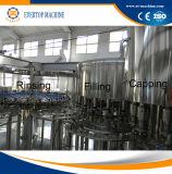L'eau d'approvisionnement d'usine rinçant la machine recouvrante remplissante