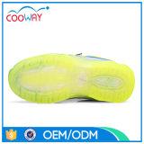La nueva manera LED de los niños se divierte los zapatos corrientes para los cabritos