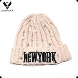 부속 구슬을%s 가진 뉴욕 자수 디자인 겨울 뜨개질을 하는 모자