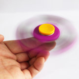 El hilandero colorido de la persona agitada de la mano del diamante relaja a hilandero de la mano de los adminículos