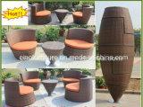 Delicado plana Tejido Rattan Muebles Mesa de café y una silla para exterior