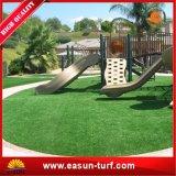 Hierba artificial del césped del jardín del paisaje verde hermoso de la decoración