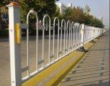 Безопасное место обшивает панелями загородку дороги