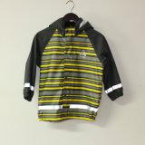 Yellowiの軽い縞PU子供または赤ん坊のための反射雨ジャケット
