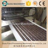 Chocolat enrobant le caramel et le nougat de casse-croûte formant la machine