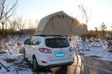 キャンプのための車の屋根のテントの自己運転