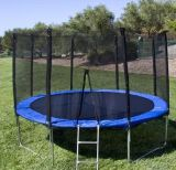 Runde im Freientrampoline für das Kind-Springen