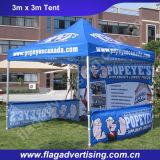 Фабрика хлопает вверх складывая шатер сени Teepee для партии