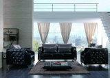 最新の居間の優雅で黒いチェスターフィールドのソファー