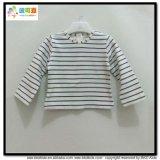 아기를 인쇄하는 줄무늬는 긴 소매 유아 t-셔츠를 입는다