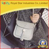 Le signore scelgono la borsa dell'unità di elaborazione del sacchetto del cellulare del sacchetto di spalla