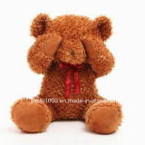 Peluche sveglia bella eccellente che abbraccia l'orso dell'orsacchiotto