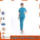 Médico profissional esfrega o uniforme de trabalho do hospital do algodão