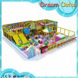 Campo de jogos interno das crianças do parque de diversões interessante da segurança