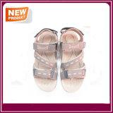 Ботинки сандалий людей вскользь для сбывания
