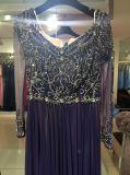 贅沢な外装の濃紺の長いイブニング・ドレス