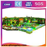Cour de jeu d'intérieur de terrain de jeux pour des gosses avec la glissière de tube