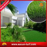 Erba artificiale sembrante naturale del tappeto erboso per la decorazione del giardino