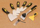 La mano del acero inoxidable filetea el raspador del cuchillo de masilla con la maneta de TPR