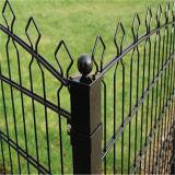 La cerca revestida del hierro de la palizada del jardín del PVC