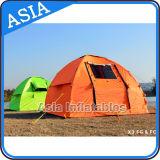 3 Leute imprägniern kampierendes Zelt, im Freien aufblasbares Partei-Zelt
