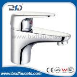 Robinets uniques de mélangeur de bassin de traitement d'eau froide de chrome chaud de salle de bains