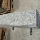Davanzali grigio-chiaro della finestra del granito sulla vendita