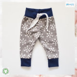 Le bébé organique mou vêtx le pantalon de bébé garçon