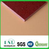 Le rouge tachette la pierre artificielle de quartz