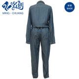 濃紺の長い袖はカラーボタンのポケットジーンズの女性スーツを回す