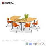 Jogos modernos da tabela e da cadeira do berçário da C-Forma original sobre a mobília colaboradora da sala de aula da escola
