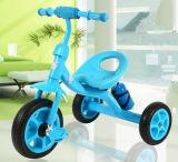 세발자전거 아이들 Tricycle&#160가 아기 세발자전거에 의하여 농담을 한다; 물병으로
