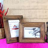 Marco de madera de la foto del estilo antiguo para la decoración de la familia